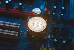 在主板的Bitcoin,以PCB为背景的真正货币, 免版税库存照片
