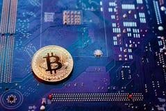 在主板的Bitcoin,以PCB为背景的真正货币, 库存照片