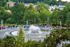 在主要柱廊附近的唱歌喷泉在小西部漂泊温泉镇Marianske Lazne Marienbad -捷克 图库摄影