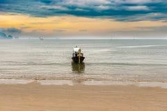 在主要海滩的日出在Ao Nang,泰国 免版税图库摄影