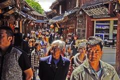在丽江老镇街道上的游人  免版税图库摄影