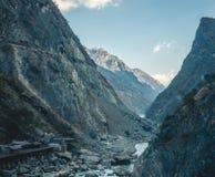 在丽江,中国穿过飞跃峡谷的老虎的谷 图库摄影