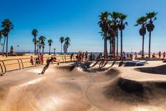 在举世闻名的威尼斯海滩的Skatepark 有它的混凝土舷梯和棕榈树的冰鞋板公园是非常著名和普遍的 免版税库存图片