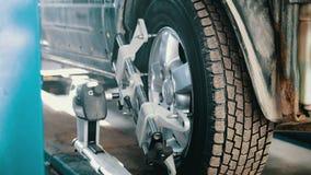在举为修理的自动服务的汽车,车库的机械工 股票视频