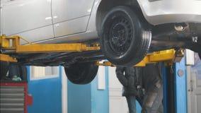 在举为修理的自动服务的汽车,车库的机械工 股票录像