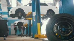 在举为修理的自动服务的汽车,车库的机械工 影视素材