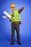 在举行图纸和指向的工作服的商人 免版税库存图片