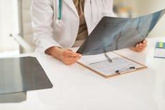 在举行fluorography的医生妇女的特写镜头 库存照片