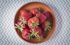 在之字形背景的新鲜的成熟草莓 免版税库存照片