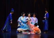 在之间的谐谑姐妹入宫殿现代戏曲女皇在宫殿 库存照片