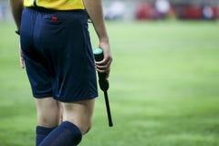 在之间UEFA欧罗巴同盟比赛期间的辅助裁判员 图库摄影