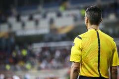 在之间UEFA欧罗巴同盟比赛期间的辅助裁判员 免版税图库摄影