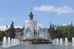 在乌克兰亭子附近的喷泉VDNKh的,全俄国展览会,莫斯科 库存图片