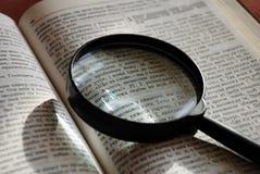 在乌克兰圣经页的放大镜 免版税库存照片