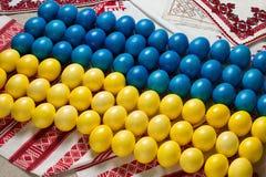 在乌克兰旗子颜色和形状的复活节彩蛋  库存照片
