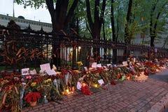 在乌克兰的使馆的附近花 免版税库存图片