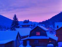 在乌克兰的山的不可思议的黎明-冬天童话 图库摄影