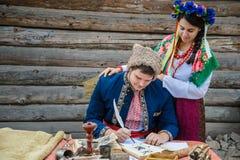 在乌克兰traditionl礼服的夫妇 图库摄影