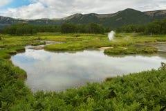 在乌宗火山破火山口的美好的夏天风景 克罗诺基火山自然保护 免版税图库摄影