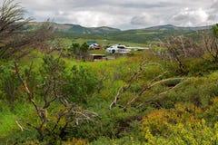 在乌宗火山破火山口登陆的直升机 克罗诺基火山在堪察加半岛的自然保护 库存照片