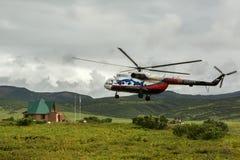 在乌宗火山破火山口登陆的直升机 库存照片