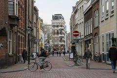在乌得勒支,荷兰老街道上的人们  免版税库存照片
