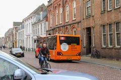 在乌得勒支,荷兰老街道上的人们  免版税图库摄影