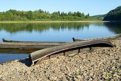 在乌拉尔河Vishera的河岸的渔船 库存照片