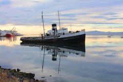在乌斯怀亚镇附近的凹下去的船 免版税库存图片
