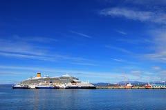 在乌斯怀亚,火地群岛,阿根廷港口的游轮  库存照片