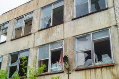 在乌贼属口气的被放弃的工厂厂房 经济萧条的标志 库存图片