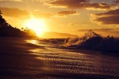 在乌龟海滩在Haleiwa附近-北部岸奥阿胡岛的惊人的日落 库存图片