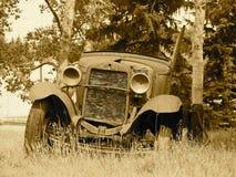 在乌贼属口气的生锈的古董车 图库摄影