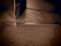 在乌贼属的老黄铜烟盒与塞孔作用 库存照片
