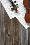 在乐谱用纸的小提琴 库存照片
