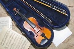 在乐谱用纸背景的小提琴脖子 图库摄影