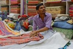 在乔德普尔城商店供以人员卖地毯 免版税库存图片