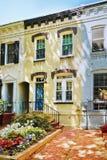 在乔治城邻里华盛顿特区生动描述的白色大厦 库存照片