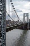 在乔治・华盛顿桥梁的交通 图库摄影