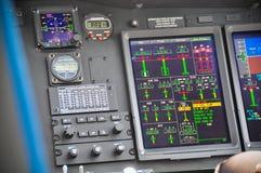 在乘客飞机里面的飞行员的控制板,飞机控制板  免版税库存照片