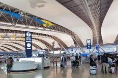 在乘客离开终端,关西国际机场,大阪,日本里面的内部射击 免版税库存照片
