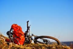 在乘驾以后的登山车本质上与背包的 库存图片