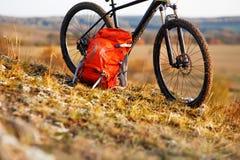 在乘驾以后的登山车本质上与背包的 免版税库存图片
