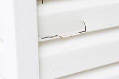 在乙烯基房屋板壁的大裂缝在房子外部  库存照片