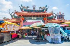 在九个皇帝神节日期间,有卖宗教祷告装饰品和其他辅助部件的有些摊位 人们加州 库存照片