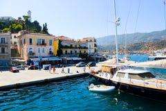 在九头蛇海岛,希腊的游艇 免版税库存照片