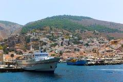 在九头蛇海岛,希腊的游艇 免版税图库摄影
