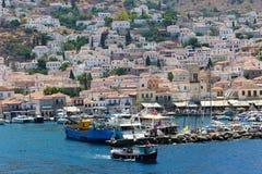 在九头蛇海岛,希腊的游艇 库存图片