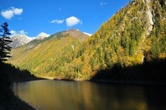 在九寨沟的山有不同黑暗的湖的 免版税库存照片