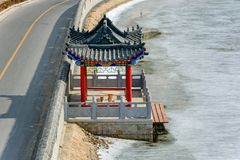 在九曲拱桥梁的码头在伟大的中国墙壁上在冬天 免版税库存图片
